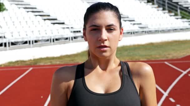 Sledování běžec dívka žena připravuje na startovní čáře, 4k
