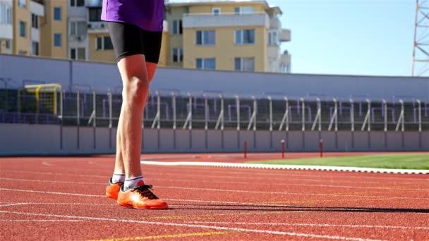 Sledování dospívající chlapec běžec na startovní čáře, 4k