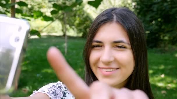 Dospívající dívka s selfie s mobilním telefonem, 4k