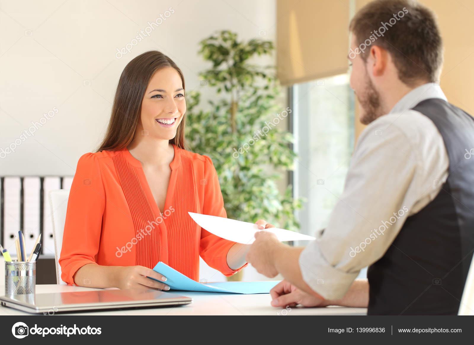 Frau mit Lebenslauf in einem Vorstellungsgespräch — Stockfoto ...