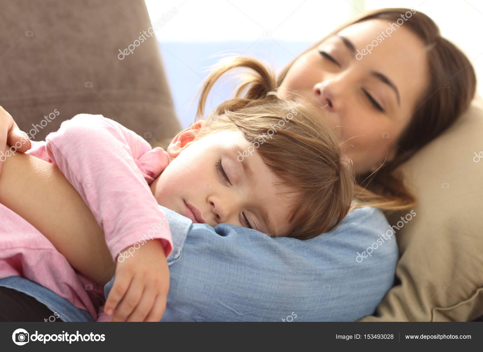 Трахает дочку и ее подругу, Отец трахнул молодую дочь вместе с подружкой 22 фотография