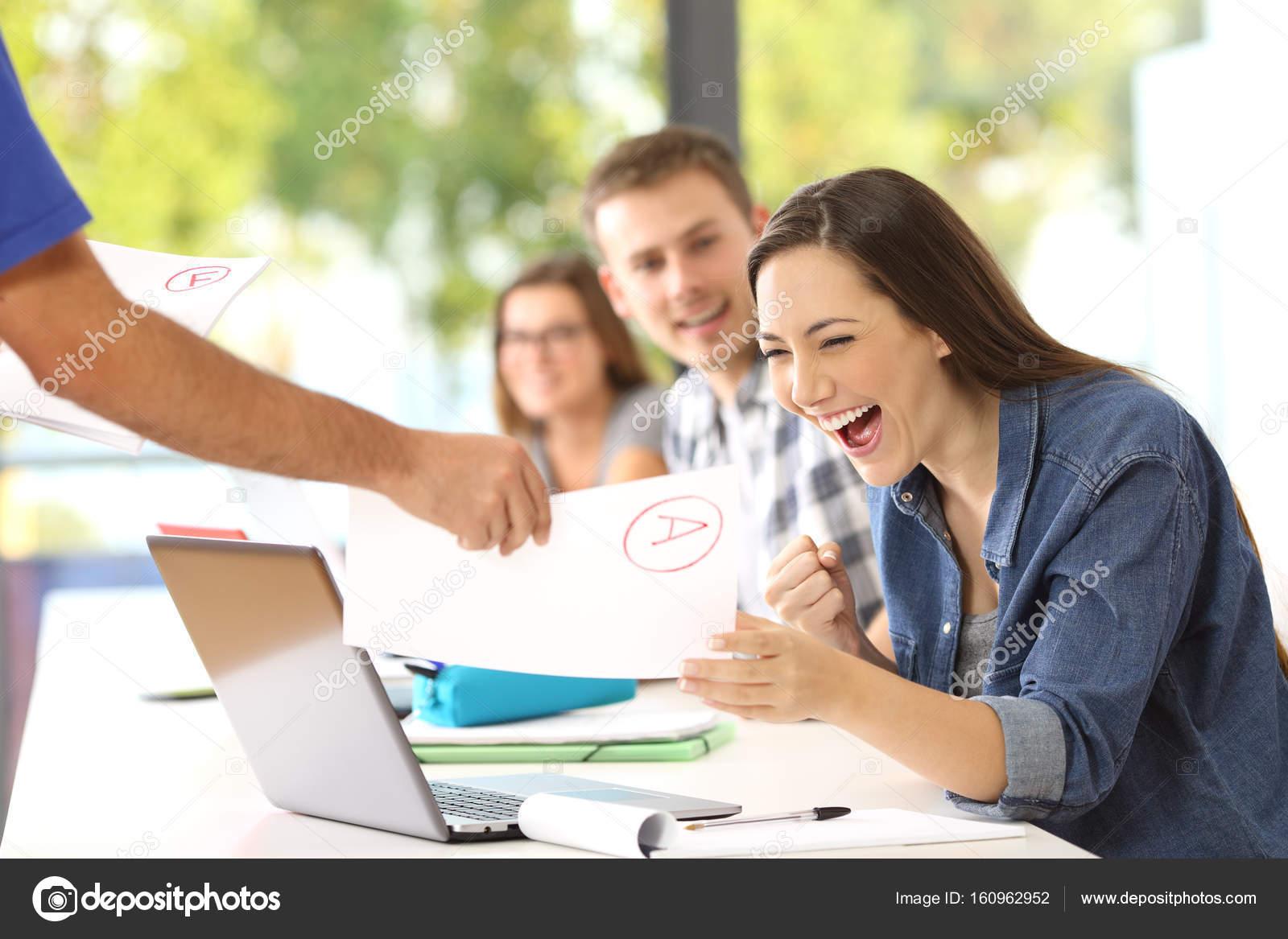 Estudiante Muy Contento De Recibir Un Examen Aprobado