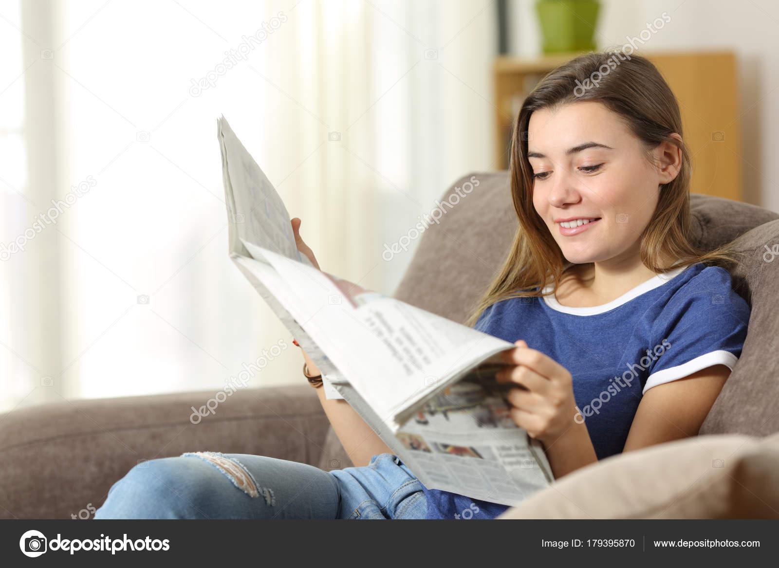 Adolescente Leyendo Un Periódico En Un Sofá En Casa