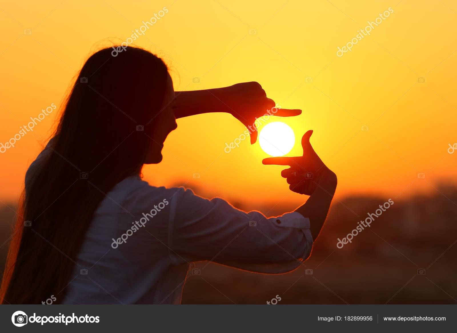 Sol de encuadre de mujer con los dedos al atardecer — Foto de stock ...