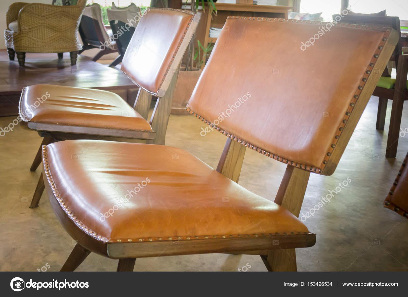 Sedie Vintage Pelle : Sedia in legno e pelle marrone vintage u foto stock nalinrat