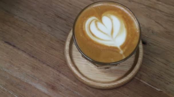 Šálek Piccolo latte káva latte umění, začátkem záběru