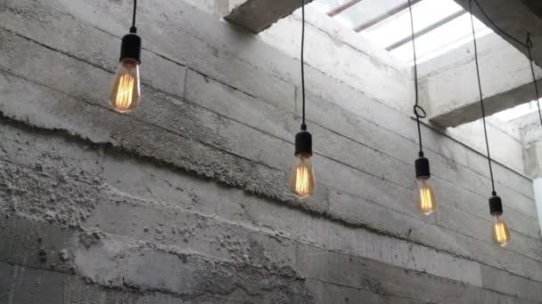 Vintage interiéru závěsná žárovka v podkrovní místnosti, sklad metráž