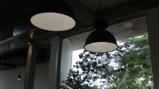 Vintage interiérové závěsné světlo lampa v kavárně, stopáže