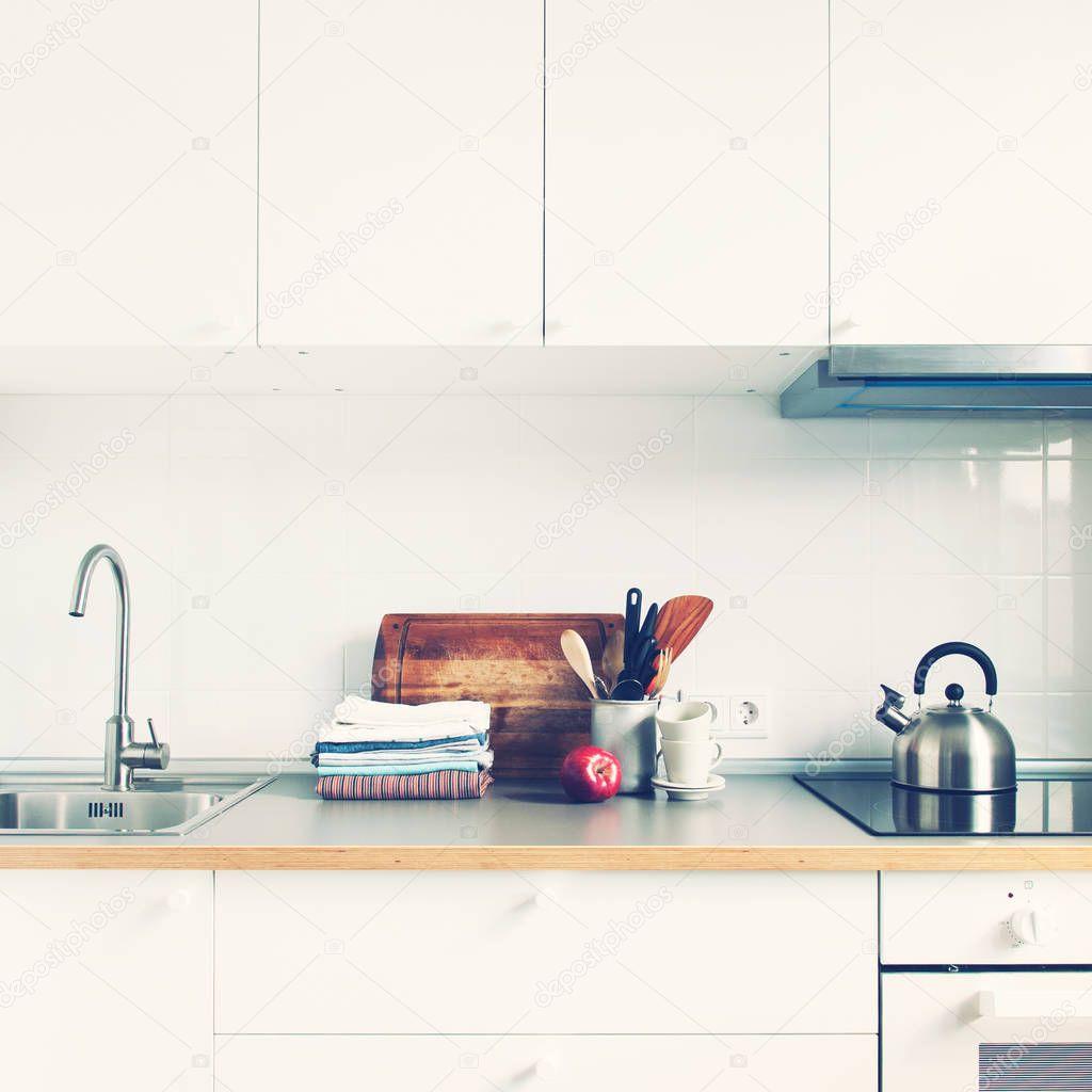 Cucina bianca accessori interni prodotti Apple — Foto Stock ...