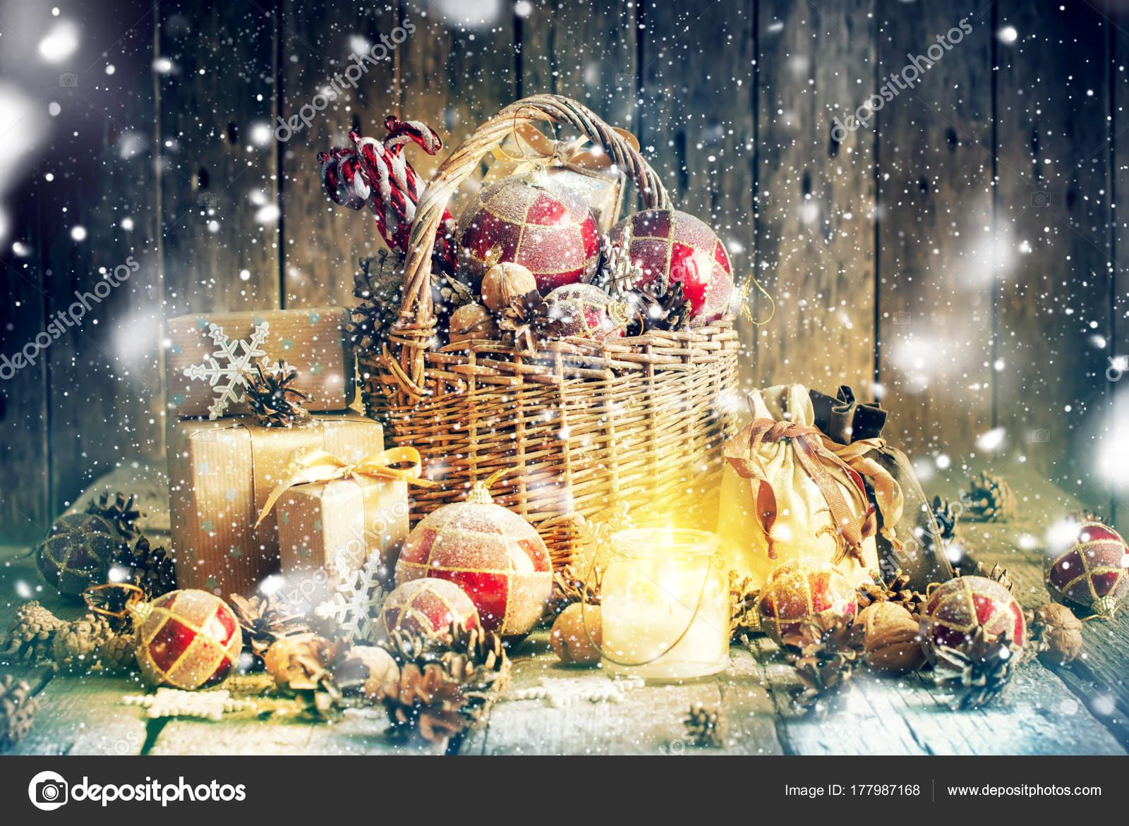 Zusammensetzung von Weihnachten Geschenke brennende Kerze Korb ...