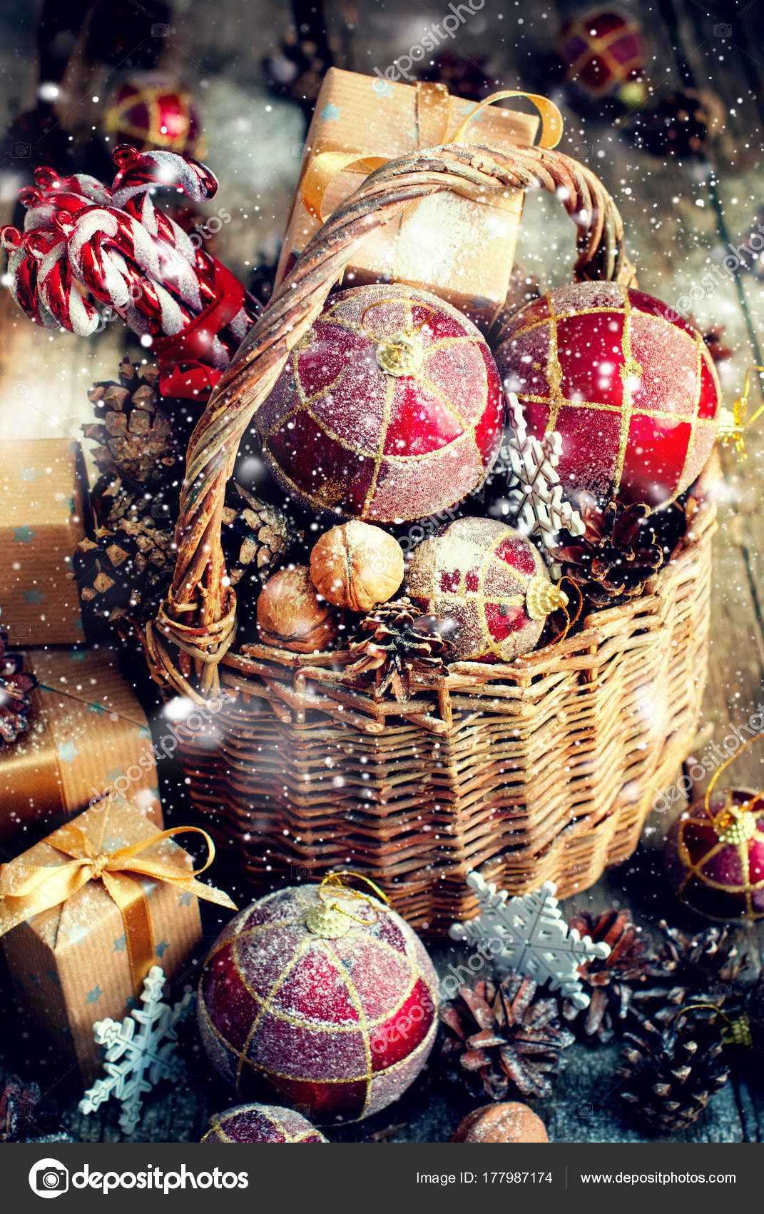 Weihnachten Spielzeug Geschenke Korb roten Kugeln Boxen Kegel ...