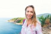 portrét šťastné cestování blondýnka ostrov