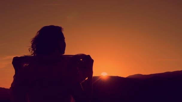 Mladá žena relaxační v létě slunce nebe venkovní. Lidé svobodu styl.