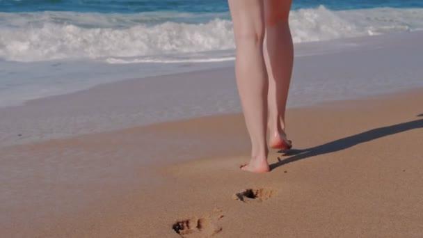 Žena kráčející po písečné pláži
