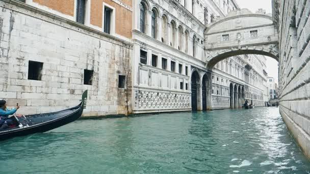 Nézet a gondola a víz alatt a híd sóhajt, esős nap