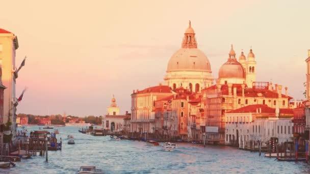 Grand Canal and Basilica Santa Maria della Salute během západu slunce, Benátky