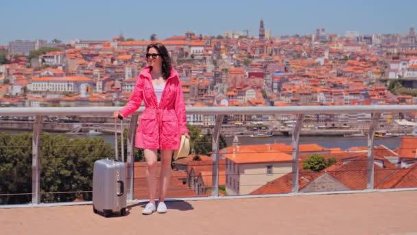 Nő turista utazási poggyász élvezi városkép Porto.