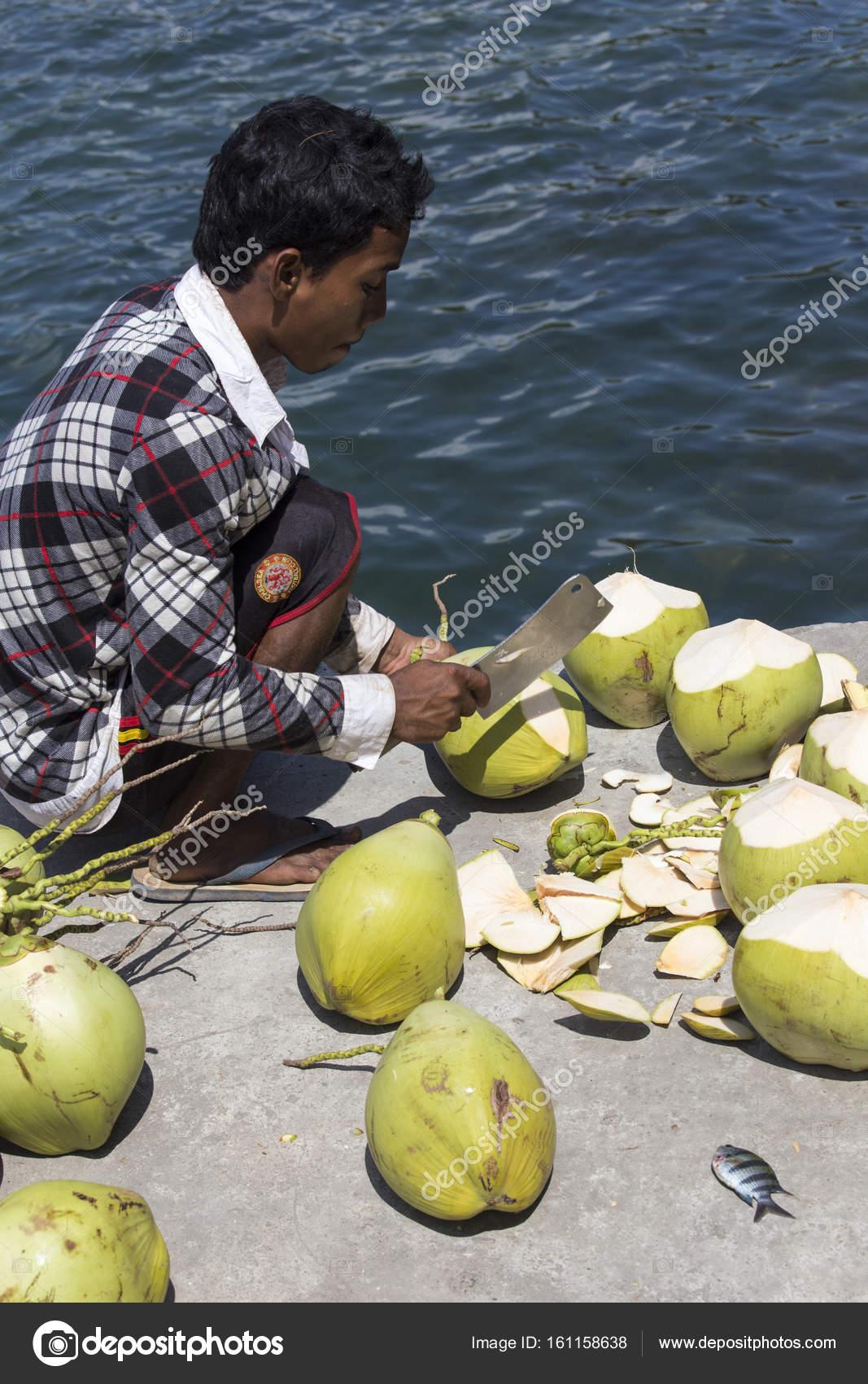 Couper Noix De Coco un homme non identifié, couper les noix de coco — photo éditoriale