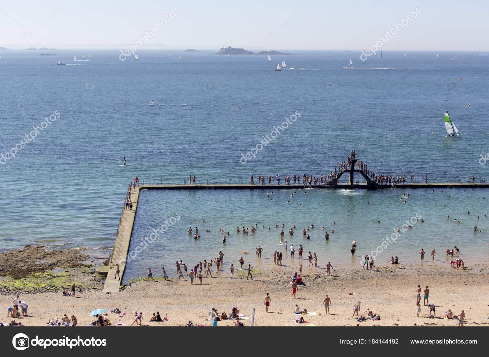 Bezaubernd Pool Salzwasser Ideen Von Salzwasser-pool Mit Menschen Schwimmen — Stockfoto