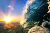 Tropické moře západ slunce, vodní pozadí, surfování vlny oceánu, modrá obloha