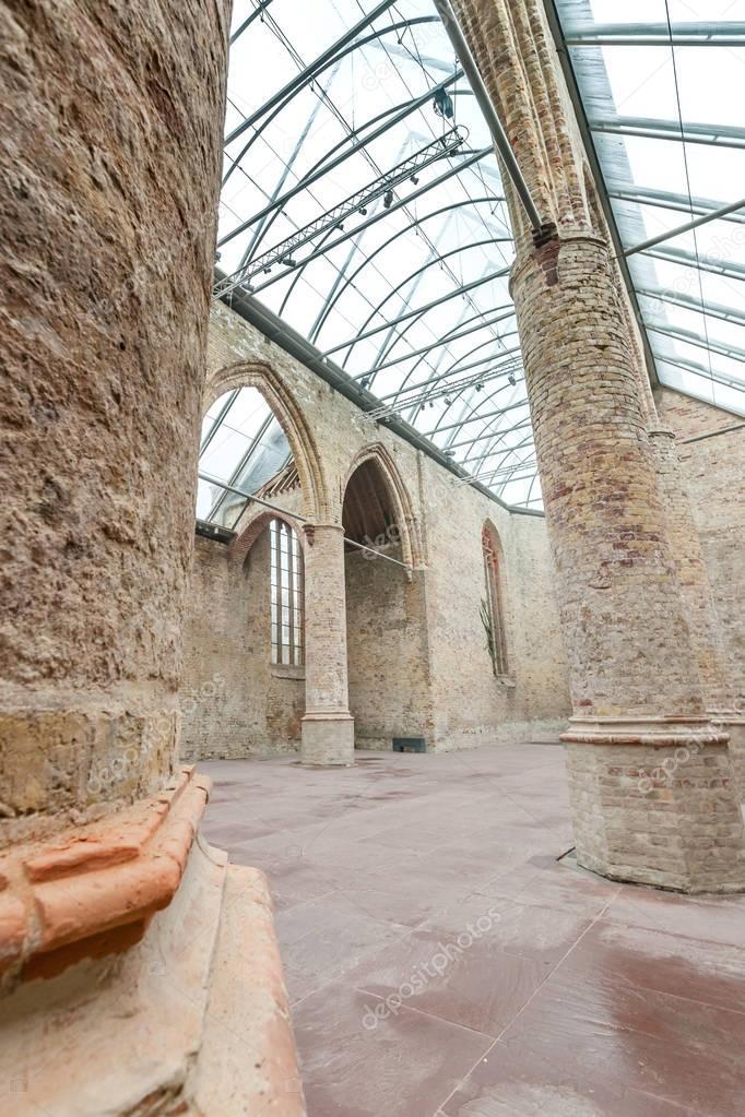 Chiesa con un tetto di vetro costruito in architettura for Tetto in vetro prezzi