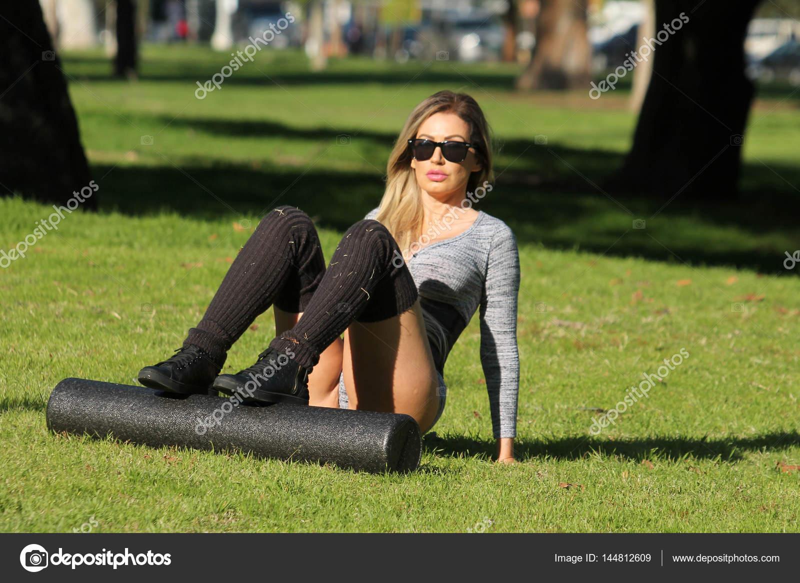 Ana Braga Desnuda modelo brasileña ana braga en el parque — foto editorial de