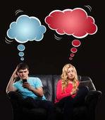 junge Mann und Frau mit Gadgets