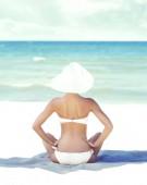krásná žena uvolňující na letní beach