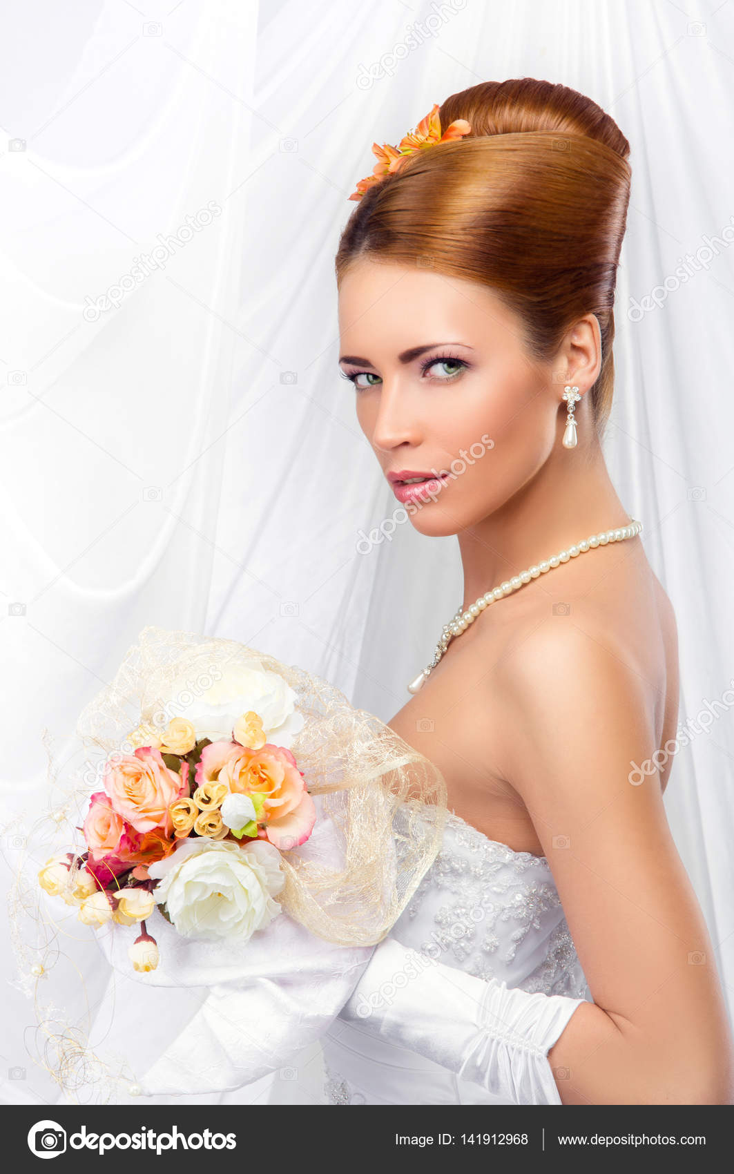 schöne Braut im Hochzeitskleid — Stockfoto © shmeljov #141912968