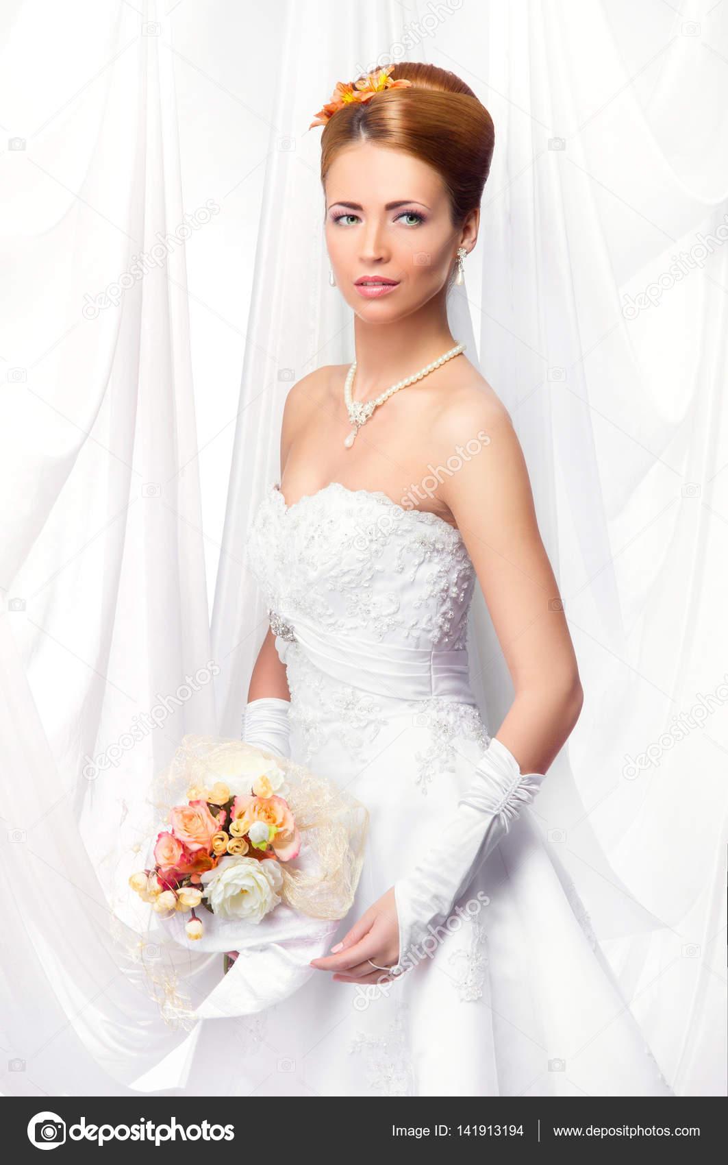 schöne Braut im Hochzeitskleid — Stockfoto © shmeljov #141913194