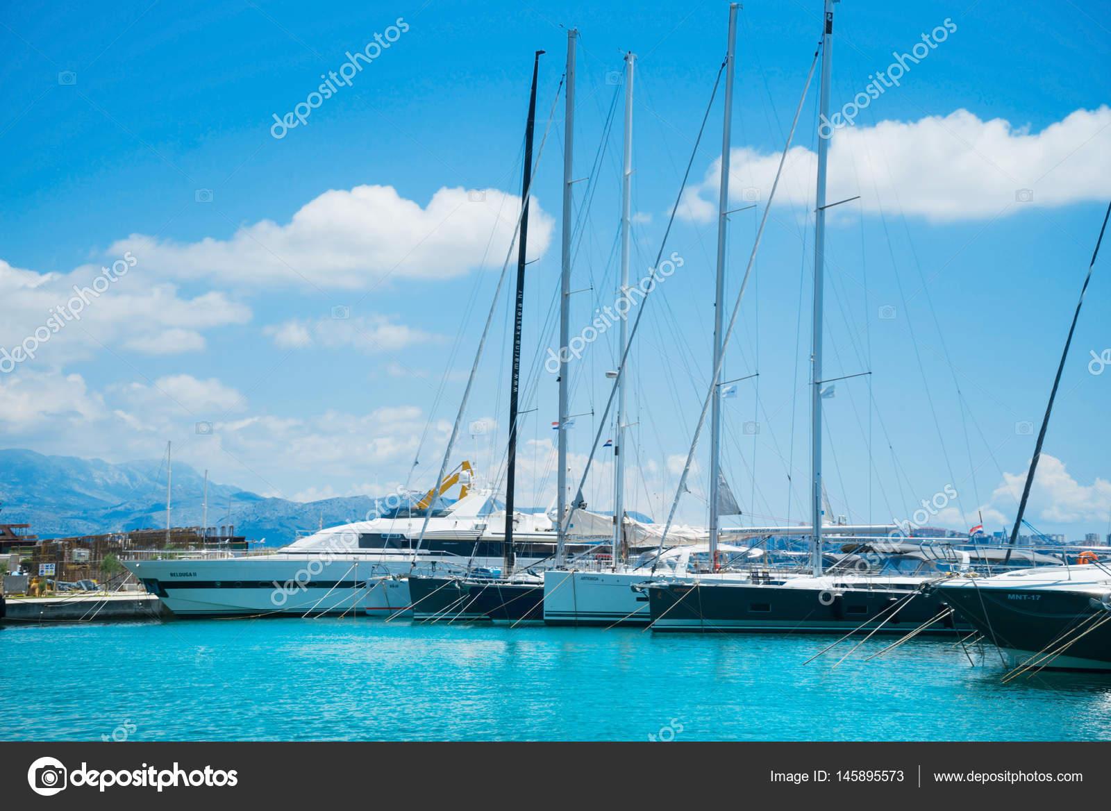 Yachten luxus  schöne Luxus-Yachten — Redaktionelles Stockfoto © shmeljov #145895573