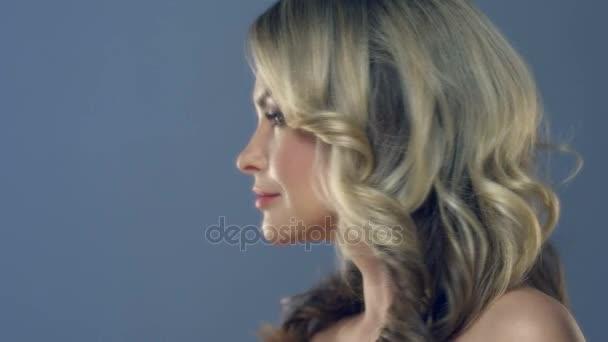 Krásná mladá žena obličeje zblízka. Zdravotní péče a kožní léčby konceptu