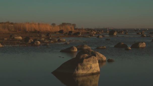 Západ slunce moře s kameny