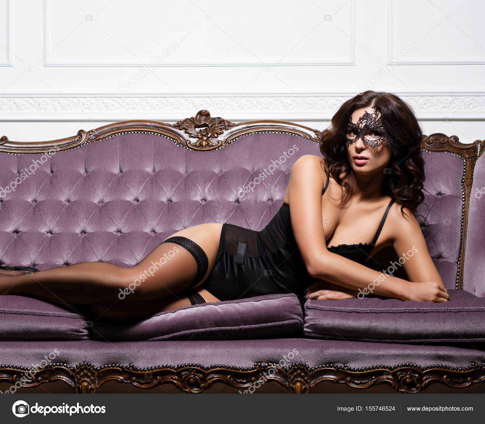 4a6c033f5bd όμορφη γυναίκα με δαντέλα μάσκα — Φωτογραφία Αρχείου © shmeljov ...