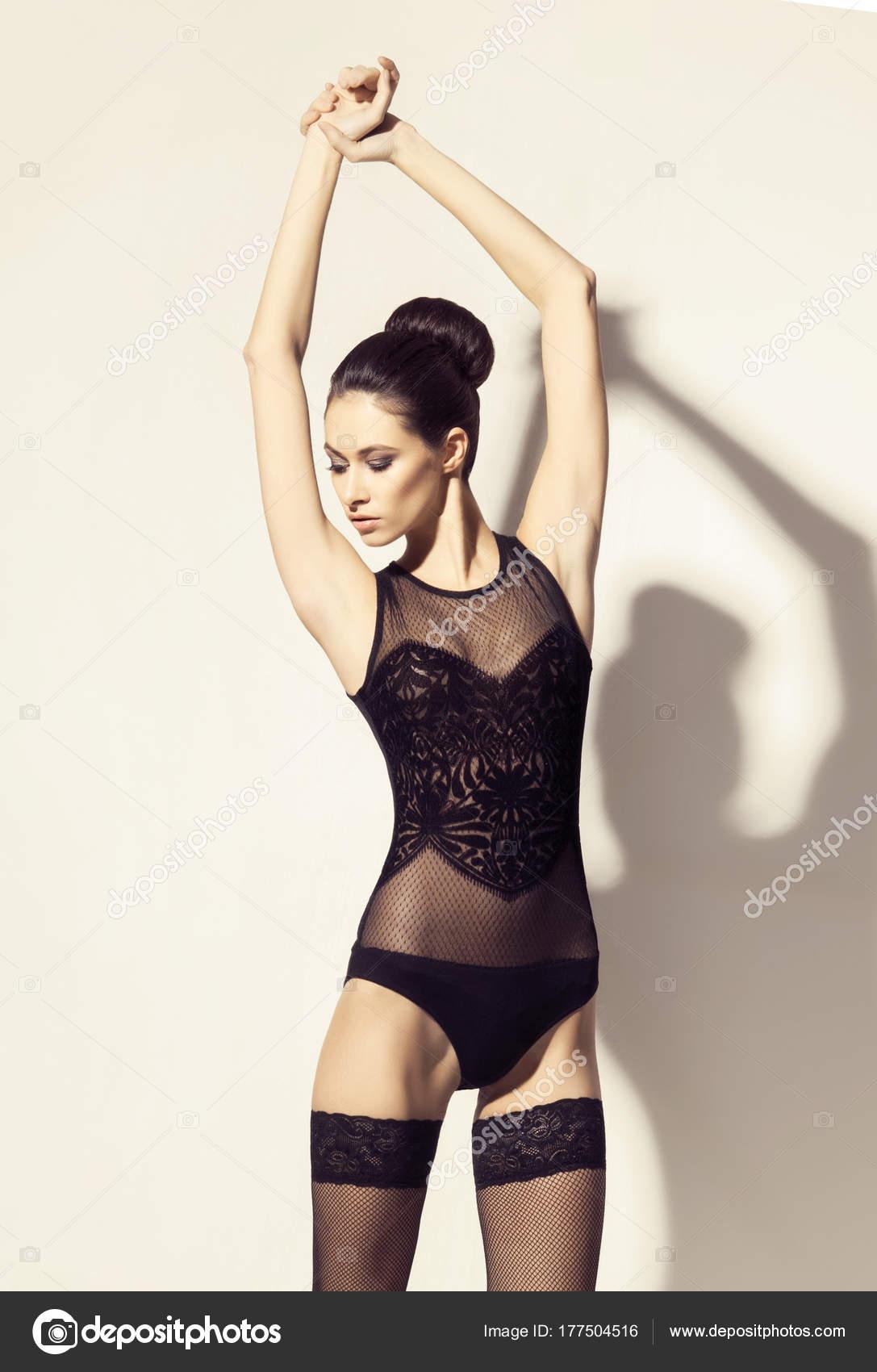 Мода моделі позують сексуальне жіноча білизна. Красива жінка в Еротична  білизна і панчохи — Фото від shmeljov 74d2b61c71744