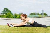 Mladé, fit a sportovní dívka v parku. Fitness, sport, městské a zdravého životního stylu koncept