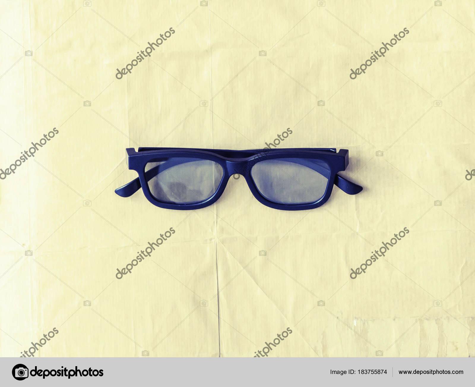8ed9f879e3 Γυαλιά Ηλίου Μαύρο Και Λεύκωμα Πέρα Από Vintage Ξύλινο Υπόβαθρο — Φωτογραφία  Αρχείου