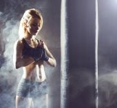 Photo Fit and sporty young woman having a muay thai training. Girl training in undergorund gym. Health, sport, kickboxing, martial arts and fitness concept.