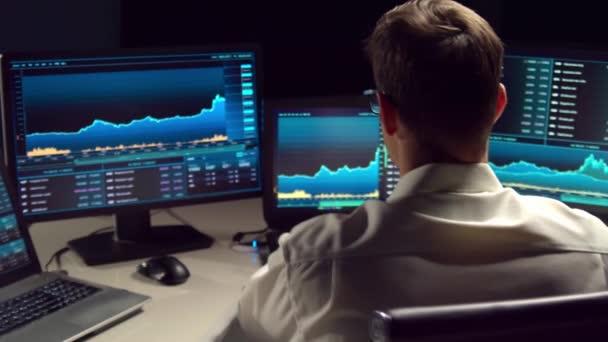Az irodában dolgozó bróker munkaállomást és elemzési technológiát használ. Professzionális kereskedő munkahelye. Globális pénzügyi piacok, üzleti stratégia, valutaváltás és banki koncepció.