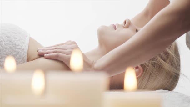 Mladá, krásná a zdravá žena v lázeňském salonu. Tradiční thajská masáž a ošetření pleti.