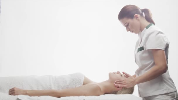 junge, schöne und gesunde Frau im Wellnesssalon. Traditionelle thailändische Massagetherapie und Hautpflege.