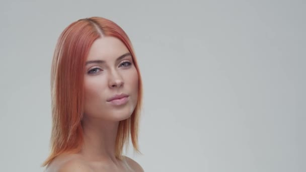 Stúdió portré fiatal, gyönyörű és természetes vörös nő. Arcfelvarrás, kozmetikumok és smink koncepció.