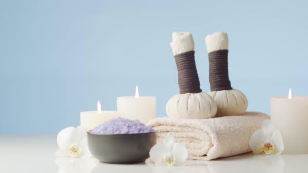 Aromaterapie, orientální masáže a lázeňská léčba. Relaxační složení ručníků, svíček, květin, kamenů a bylinných míčků.