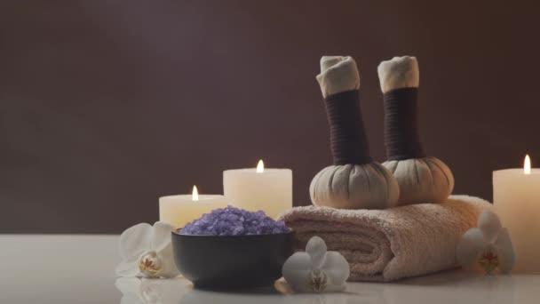 Složení orientální masážní léčby. Ručník, svíčky, květiny, kameny a bylinné koule. Lázeňské procedury, meditace, pohoda a aromaterapie koncepce.