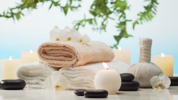 spa Hintergrundkomposition. Handtuch, Kerzen, Blumen, Steine und Kräuterbälle. Massage, orientalische Therapie, Wellness und Meditationskonzept.