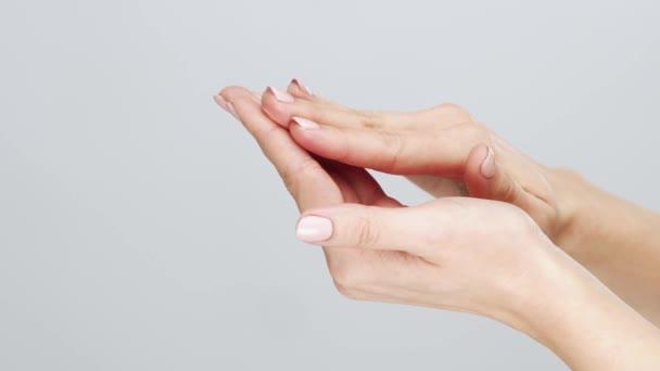 Gyönyörű női kéz stúdió közelről. Egy fiatal nő karjai, aki krémet használ. Öregedésgátló, egészségügyi és fiatalító koncepció.