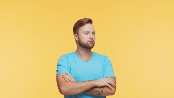 Myslet na mladého muže v zářivém pozadí. Studio portrét výrazné pohledné osoby s nápadem.