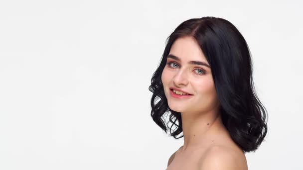 Studio portrét mladé a krásné brunetky žena na izolovaném bílém pozadí. Péče o pleť, zdraví, make-up a kosmetický koncept.