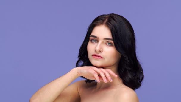 Studio portrét mladé a krásné brunetky žena přes fialové pozadí. Péče o pleť, zdraví, make-up a kosmetický koncept.