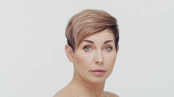 Detailní záběr dospělé ženy středního věku na bílém pozadí. Portrét dospělé dámy. Plastická chirurgie, kosmetické injekce, kosmetická koncepce.